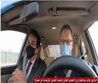 وزير التعليم العالي يتجول في «التاكسي».. «فيديو»