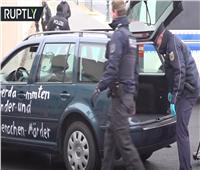 فيديو   «أوقفوا سياسة العولمة».. سيارة تهاجم مقر«ميركل»