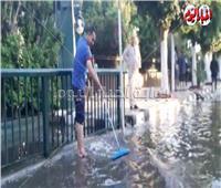 «خدامين لقمة العيش».. ينزح مياه الأمطار من أجل الزبائن