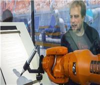 «الروبوتات لا تفكر كالبشر».. ويهدد بفقدان ملايين الوظائف