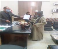 رئيس مدينة مغاغة يسلم المواطنين نماذج التصالح النهائية