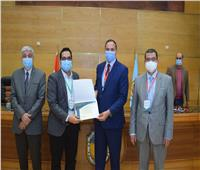 تكريم الباحثين في ختام المؤتمر البحثي الأول عن كورونا بجامعة سوهاج