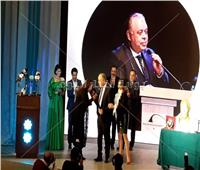 ماجدة زكي تقبل يد نقيب الممثلين في حفل تكريمه.. فيديو