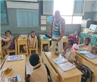 فيديو وصور | مدير مدرسة يعد «طبق سلطة» للتلاميذ بأسوان