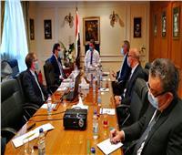 وزير قطاع الأعمال يبحث صناعة أتوبيسات تعمل بالغاز الطبيعي