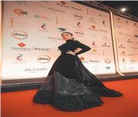 فيديو| سارة الطباخ بالأسود في حفل افتتاح مهرجان القاهرة