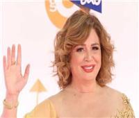 إطلالة جريئة لإلهام شاهين بفستان ذهبي في مهرجان القاهرة   فيديو