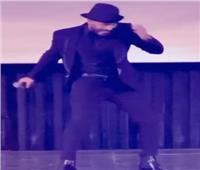 بحركات مايكل جاكسون.. تامر حسني يُبدع بمهرجان القاهرة السينمائي