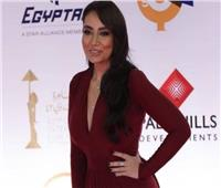 «بدون كمامة».. سارة الطباخ على ريد كاربت مهرجان القاهرة السينمائي .. فيديو
