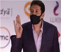 هاني رمزي وزوجته بـ«الكمامة» في فعاليات «القاهرة السينمائي».. فيديو