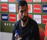 شاهد| أحمد فتحي يصافح لاعبي الأهلي قبل مواجهة بيراميدز