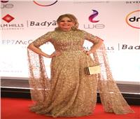 فستان ذهبي محتشم .. يسرا تتألق في «مهرجان القاهرة السينمائي»