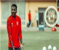 لاعبا الأهلي يدعمان جونيور أجايي بعد إصابته