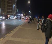 صور| رغم التحذيرات.. أهالي الإسكندرية ينتظرون «النوة» على الكورنيش