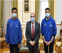 وزير الدولة للإنتاج الحربى يكرم طالبا اخترع جهازا لترشيد استهلاك المياه