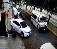 دهسهما بالسيارة.. رد فعل صادم من سائق تعرض للسرقة