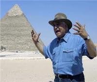 زاهي حواس يدعم مبادرة «اتكلم عربي» من أمام الأهرامات.. فيديو