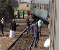 قطار يترك عربتين ويغادر المحطة بالمنوفية.. صور