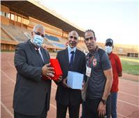 عبد الحفيظ يهدى سفير مصر بالنيجر درع الأهلي