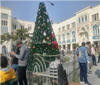 محطة مصر للسكة الحديد تتزين بأشجار الميلاد احتفالًا بالكريسماس  صور