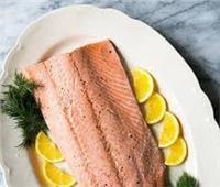 يحارب الشيخوخة| طبق اليوم.. «سمك سالمون على البخار»