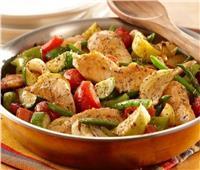 طبق اليوم.. «خضار مشكل مع الدجاج» بطعم شهي ولذيذ