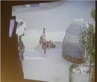 على طريقة فتاة المعادي.. لصان يسحلان محامية لسرقتها بالمعصرة  فيديو