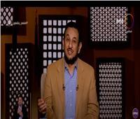 عبد المعز يكشف الآية الوحيدة التي نزلت على النبي داخل الكعبة.. فيديو