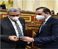 صورة | الأمين العام السابق محمود فوزي يسلم كارنيه العضوية لوكيل أول النواب