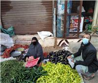 «كفر محفوظ» أول قرية تطبق التباعد بين البائعين وارتداء الكمامة