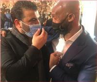 عناق حار بين «متعب» و«شيكابالا» في زفاف نادر حمدي