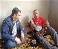 بطل الجمهورية لألعاب القوى عايش في «عشة» | صور