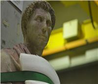فريق ترميم التماثيل العملاقة بالمتحف الكبير.. رجال المهام التاريخية.. صور