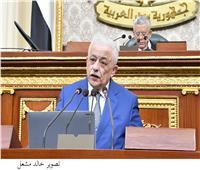 خلال جلسة ساخنة.. وزير التعليم يوزع فلاشات على النواب