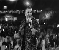 عمرو دياب  يغني «قمرين» مع نجليه التوأم بحفل دبي.. فيديو