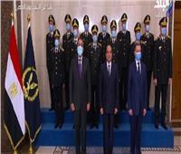 الرئيس السيسي يلتقط صورة تذكارية مع وزير الداخلية وقيادات الشرطة