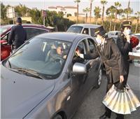 أمن القاهرة يوزع الهدايا على المواطنين في الشوارع بمناسبة عيد الشرطة