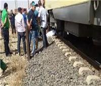 إصابة عامل صدمه قطار بمزلقان في المنيا