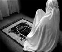 هل تجوز صلاة المرأة وقدمها مكشوفة؟.. «الإفتاء» تجيب