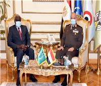 وزير الدفاع يلتقي رئيس مفوضية الإتحاد الأفريقي لبحث التعاون المشترك
