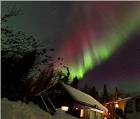 أضواء خضراء ساطعة تنير القطب الشمالي