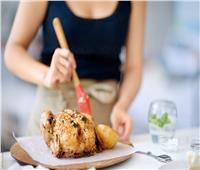 قبل الطهي.. تخلص من «زفارة» الطيور بطريقة سحرية