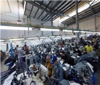 محافظ بورسعيد يتفقد مصنعا للملابس الجاهزة