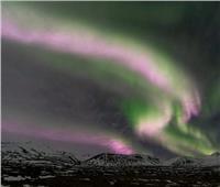 رصد أضواء شفق خضراء ووردية في آيسلندا