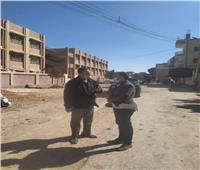 رئيس مدينة المنيا يتفقد شوارع قرية «تلة» استعداداً لتطويرها