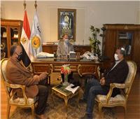 محافظ أسيوط يتابع خطة رصف شوارع المدن والأحياء مع هيئة الطرق