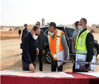 إلمام بأدق التفاصيل.. الرئيس يناقش مهندسي تطوير محاور شرق القاهرة | فيديو