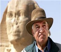 زاهي حواس يهدي أكبر كتبه لـ«آل مكتوم» تقديراً لنشر الثقافة الفرعونية