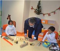 «العناني» يساعد أطفال الأورمان بكتابة أسمائهم بالهيروغليفي والعربي