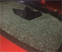 فتاة عشرينية تحطم زجاج 15 سيارة بالحجارة| صور